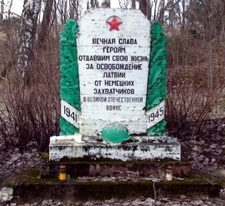 На северной стороне кладбища